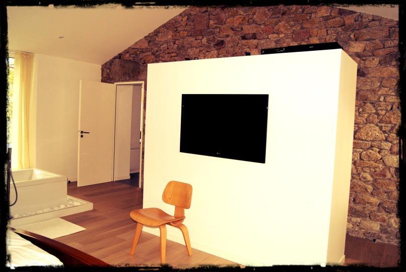 Joli mur et télé dans la chambre familiale